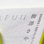 100%コットン紙に活版印刷、エンボス加工(浮き出し)、小口染め
