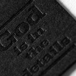 ディープマットブラックにメジューム活版印刷