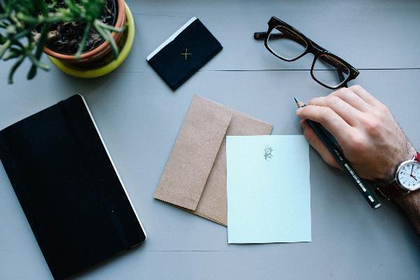 並べられた封筒と便箋、手帳、名刺