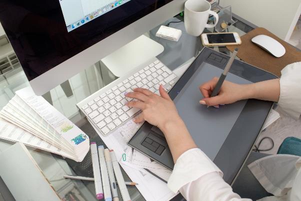 デザイン制作をする女性