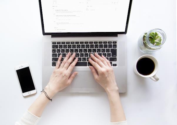 パソコン操作をする女性の手