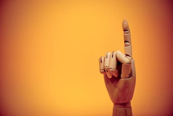 指をさすフィギュアの手