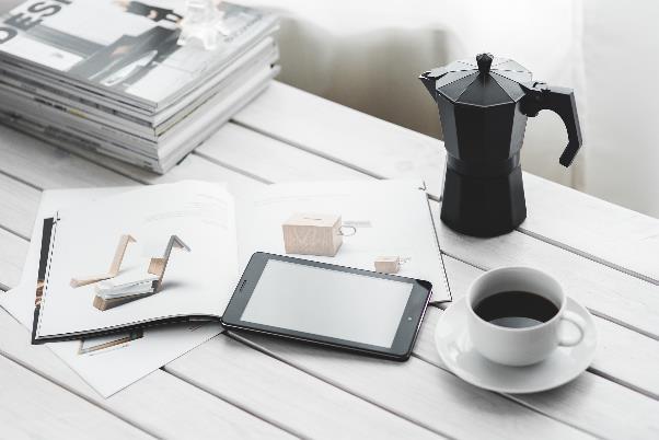 テーブルの上のカタログとスマートフォン