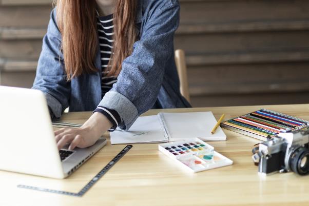 名刺デザインを制作する女性