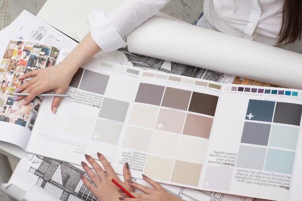 カラーガイドを確認するデザイナー